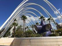 Modern trädgård med palmträd i Valencia, Spanien Royaltyfri Bild