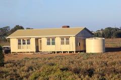 Modern trästuga på prärien, södra Australi Arkivbild