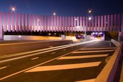 Modern trafiktunnel och idérik vägdesign Arkivbilder