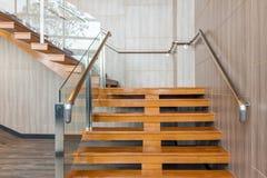 Modern trappa i ny kontorsbyggnad Arkivbild
