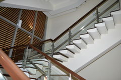 Modern trappuppgång i hotell Royaltyfria Foton