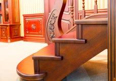 Modern trappuppgång som göras från trevligt trä Royaltyfri Bild