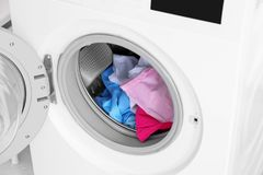 Modern tvagningmaskin med tvätterit, Arkivfoton