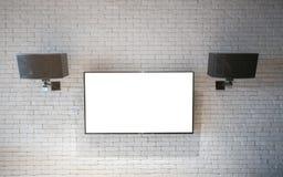 Modern TVskärm på den vita väggen Arkivbild