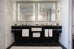 Free Modern Twin Bathroom With Sinks, Mirrors And Towels Royalty Free Stock Photo - 159548665