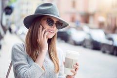 Modern ung kvinna i en storstad Royaltyfria Bilder