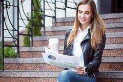 Modern ung kvinna i en storstad Royaltyfri Fotografi