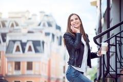 Modern ung kvinna i en storstad Arkivfoton