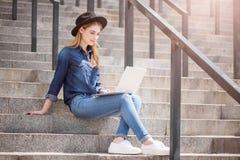 Modern ung kvinna som använder teknologier arkivfoto