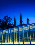 Modern upplyst glass arkitektur i Luxembourg Arkivfoton