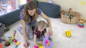 Modern utbildar dottern med funktionella utvecklings- leksaker 4K lager videofilmer