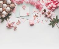 Modern utformad påskbakgrund med garnering för pastellfärgad färg: ägg-, band-, blomma-, pilbåge- och gåvaask Åtlöje upp arkivfoto