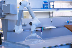 Modern utrustning för medicinskt laboratorium Robotic hand Arkivfoto