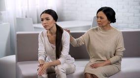 Modern uttrycker beklagande till dottern, service av en nära vän, familj arkivbild