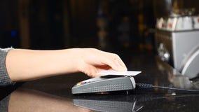 Modern väg att betala pengar Begrepp av contactless betalning Framställning av betalning med kreditkorten och pos.-terminalen kvi lager videofilmer