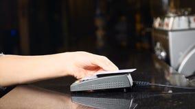 Modern väg att betala pengar Begrepp av contactless betalning Framställning av betalning med kreditkorten och pos.-terminalen kvi stock video