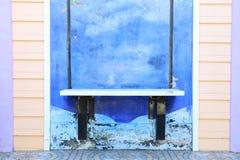 Modern vägg med hängande stol på väggen arkivfoton