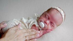 Modern vaggar ett nyfött behandla som ett barn flickan lager videofilmer