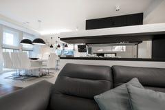 Modern vardagsrum för inredesign med spisen Arkivbild