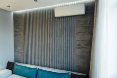Modern vardagsrum i apartament med möblemang Inget inom arkivfoto