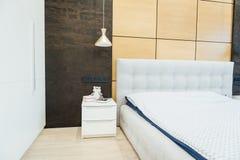 Modern vardagsrum i apartament med möblemang Inget inom royaltyfria bilder