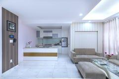 Modern vardagsrum i lyxiga lägenheter Royaltyfria Foton