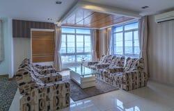 Modern vardagsrum i lyxiga lägenheter Fotografering för Bildbyråer