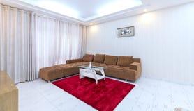 Modern vardagsrum i lyxiga lägenheter Royaltyfri Bild