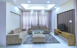 Modern vardagsrum i lyxiga lägenheter Royaltyfri Foto