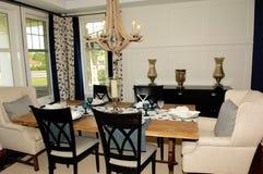 Modern vardagsrum i nytt hus royaltyfri bild