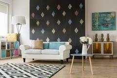 Modern vardagsrum i pastellfärger arkivbilder