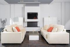 Modern vardagsrum i vit Arkivfoto