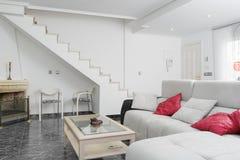 Modern vardagsrum i vit Royaltyfri Foto