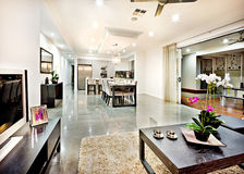 Modern vardagsrum med dörringången och hallavstånd Royaltyfria Foton