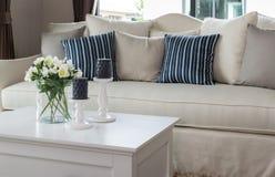 Modern vardagsrum med den glass vasen och rad av kuddar Royaltyfri Bild