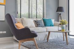 Modern vardagsrum med den moderna stol och soffan arkivbilder