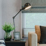Modern vardagsrum med den svarta lampan på tabellsida royaltyfri foto