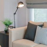 Modern vardagsrum med den svarta lampan på tabellsida fotografering för bildbyråer