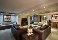Modern vardagsrum med en stång fotografering för bildbyråer