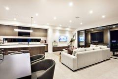 Modern vardagsrum med en television och soffor och kuddar Fotografering för Bildbyråer