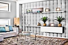 Modern vardagsrum med matt- och exponeringsglastabellen royaltyfria foton