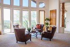 Modern vardagsrum med sikt Arkivbild