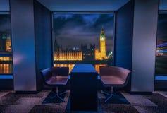 Modern vardagsrum med sikten Big Ben på natten i London Royaltyfria Foton