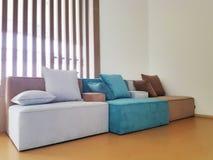 Modern vardagsrum med soffan och möblemang Fotografering för Bildbyråer