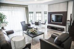 Modern vardagsrum med television. Royaltyfria Bilder