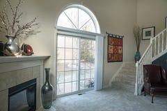 Modern vardagsrum med vinteruteplatssikt royaltyfri bild