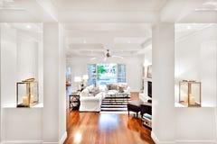 Modern vardagsrum med vita väggar och pelare arkivfoto