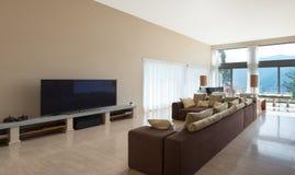 Modern vardagsrum, soffa royaltyfri foto