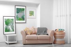 Modern vardagsrumdesign med inramade bilder av sidor arkivbild
