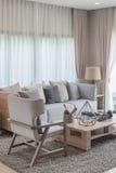 Modern vardagsrumdesign med uppsättningen av soffa och stol royaltyfria bilder